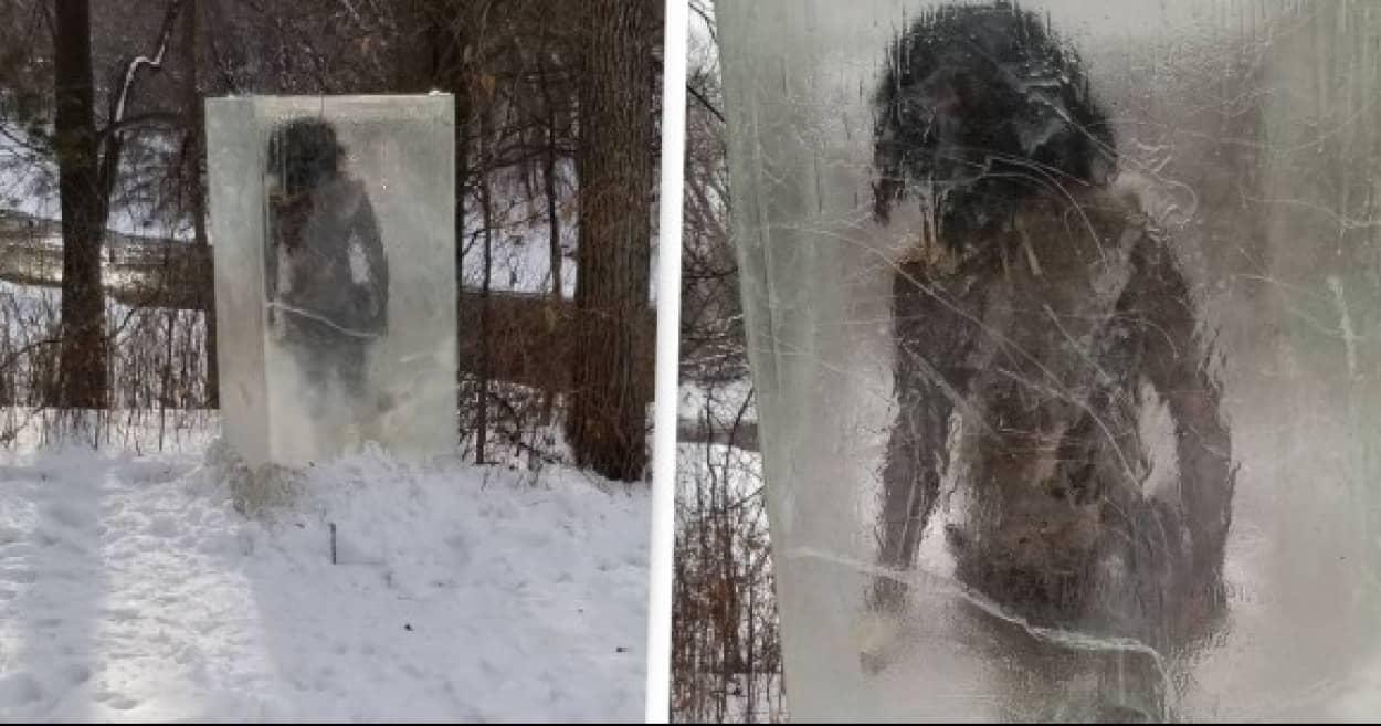 氷のモノリスに原始人