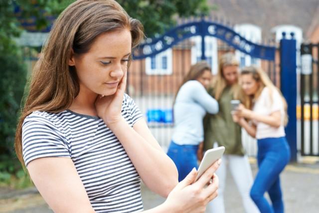 十代のいじめの大半は友達間で起きる。フレネミーの存在とは?
