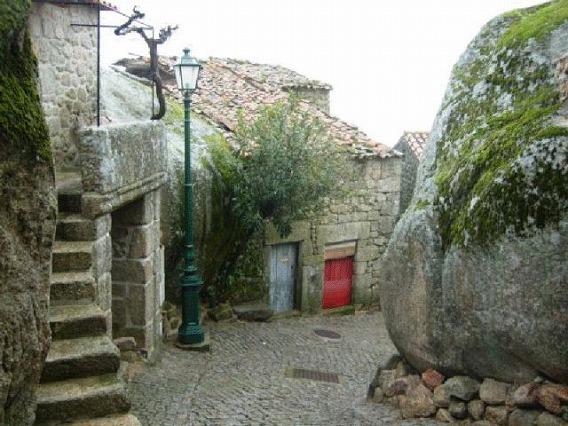 a_beautiful_village_on_the_rocks_640_20