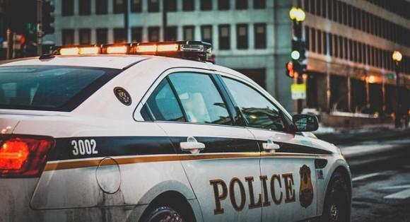 偽警官、本物の警官の見ている前で逃走中の車を追いかけ犯人を拘束。だがその後本物に逮捕される(アメリカ)