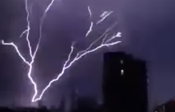 下から上に登り雷!イギリスで発生した「逆さ雷」のすごい映像