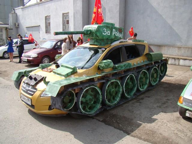 オンリーロシア。ロシアでは自家用車を戦車に魔改造するのが流行ってるらしい。