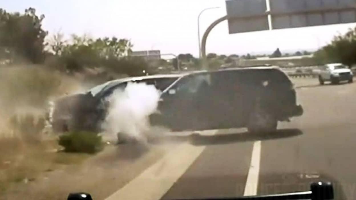 盗んだ車で暴走した12歳少年が警察とカーチェイス