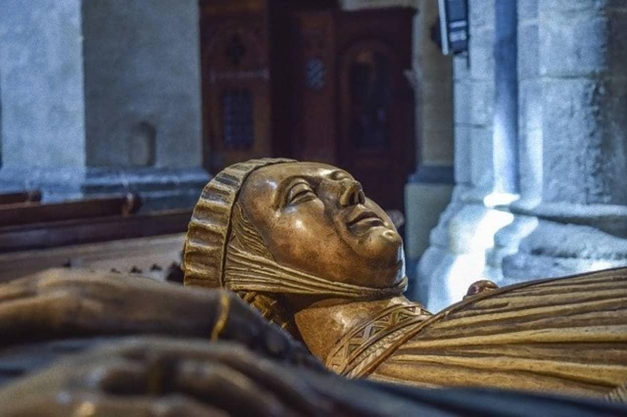 司教の棺の中で見つかった胎児のミイラの謎