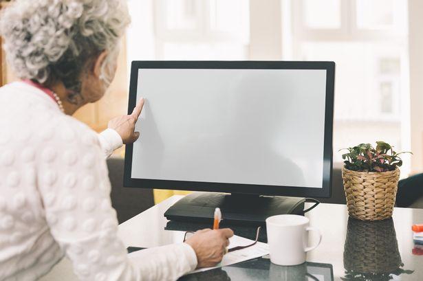 孫が祖母のノートブックパソコンの画面を見て思わず泣き笑い。そこにはこんなグーグル検索のワードが残されていた