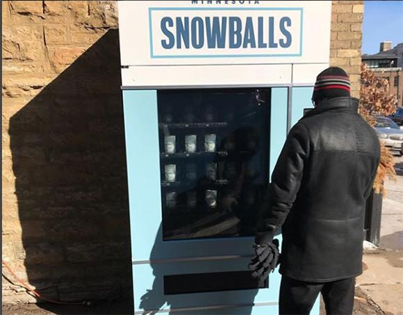 雪合戦がはかどるぞぅ。アメリカでカチンコチンの雪玉自動販売機が登場