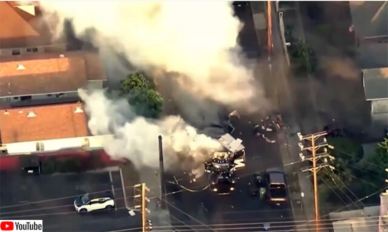 アメリカで押収した違法花火を積んだ警察特殊車両が爆発