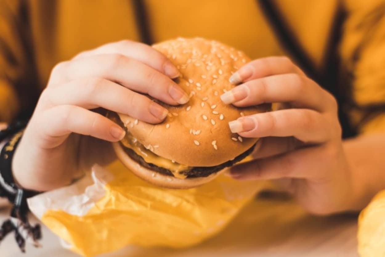 断食を失敗したのはマクドナルドの空腹を刺激する広告のせい。ロシア人女性がマクドナルドを訴える