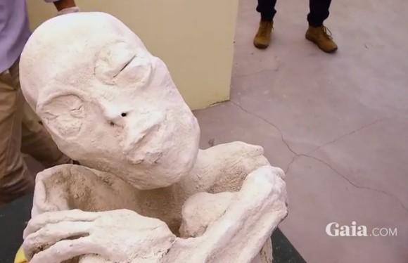 異星人か? ペルー・ナスカで発見された3本指を持つ奇妙な人型のミイラ