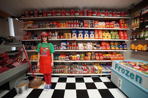 コンビニの棚にぎっしり並べられている商品、実はこれ、食べられないけど全部買えます。フェルト細工商品のコンビニがオープン(アメリカ)