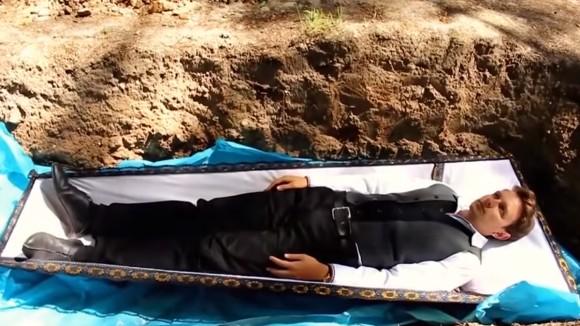 心に問題を抱えた人たちに臨死体験を。お棺に入れられ森の中に埋められる心理療法(ウクライナ)