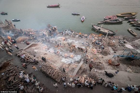 ガンジス川のほとりで死者を火葬にするヒンドゥ