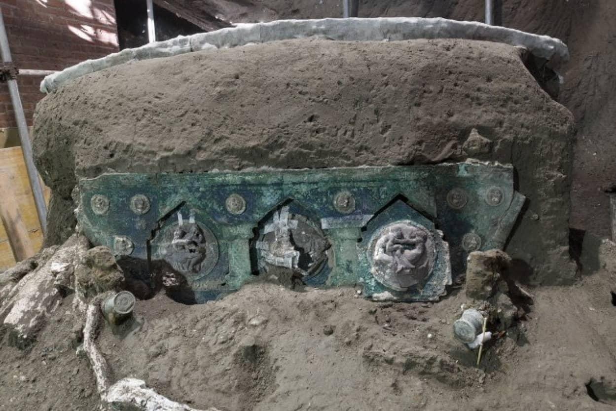 ポンペイで古代ローマの戦車を発見