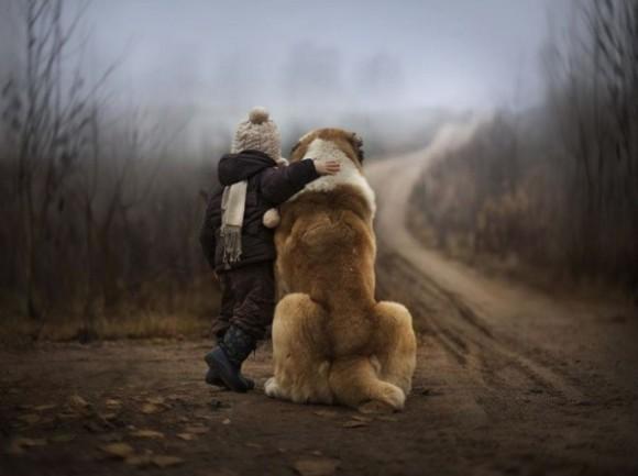 心地よい空気が流れてくる。ロシアの農場で暮らす子どもと動物たちの触れ合いを母親が撮影したほっとする写真