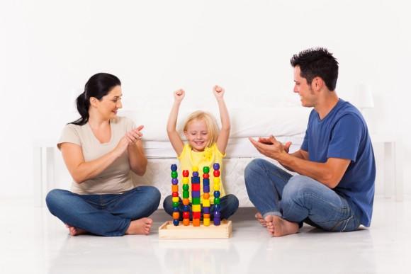 褒めて伸ばす教育も褒め方次第では逆効果に。「頭がいい」と褒められて育った子供はズルをする(米研究)