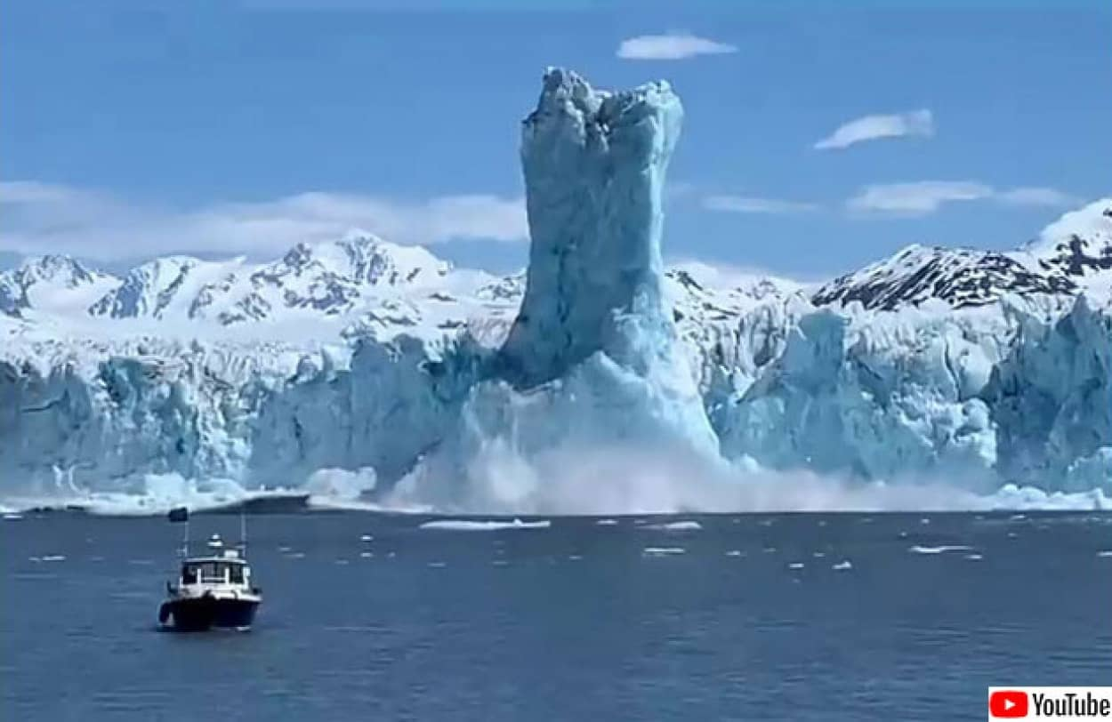 氷河が崩落し巨大な氷柱が立つ瞬間を記録した映像