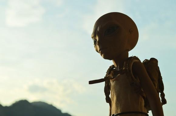 地球にはすでに500万人の異星人がいると主張するアメリカの元国家公務員名乗る男性。異星人の見分け方は?