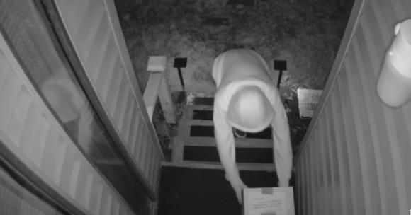 アメリカで横行する宅配便の置引き窃盗。それに対抗する装置を設置したところ、まんまと引っかかっていた犯人