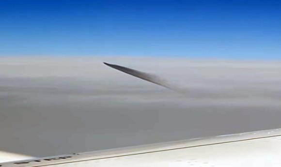 トルコの上空で黒煙を出しながら飛行するUFOが旅客機の乗客にとらえられていた