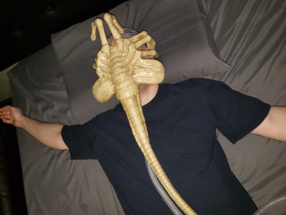 睡眠時無呼吸症候群と診断された男性。寝る時に吸引マスクをしろといわれたのでフェイスハガー風に改造してみた