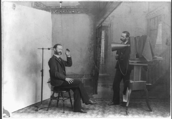 まるで生きているように見えるヴィクトリア時代の「遺体記念写真」は本当に遺体なのか?その真実に迫る