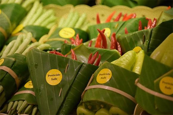 野菜を包むビニール袋をバナナの葉に変更。プラスチックゴミ削減を目指すタイやベトナムのスーパーの試み
