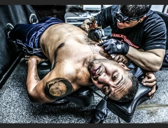 機械彫りでも悶絶顔。タトゥを入れるとどれくらい苦痛を伴うのかを記録した写真