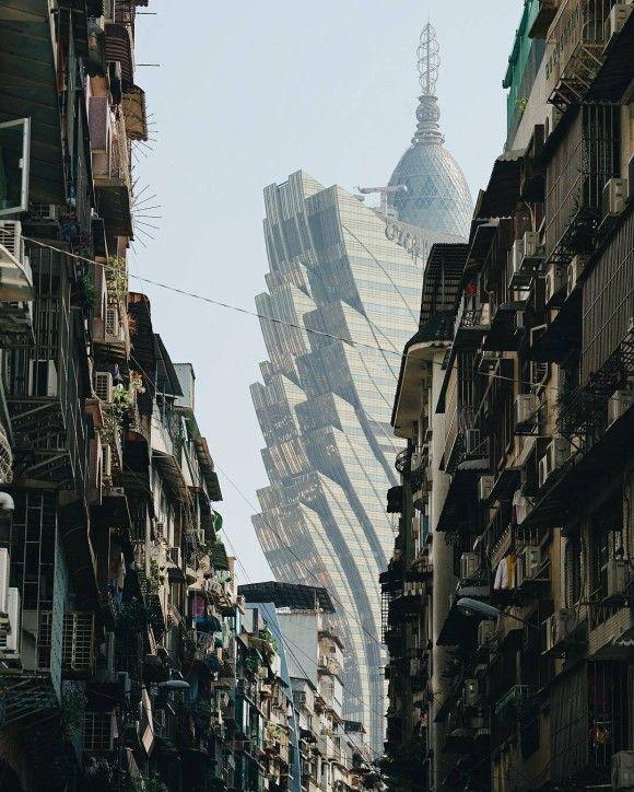 ディストピアとユートピアが同居する、シンメトリーな構図で撮影した香港・マカオの写真「未来の記憶」