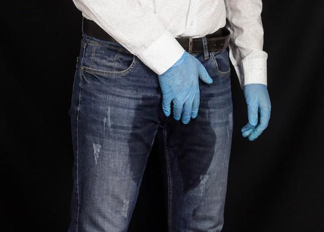 漏らしてないから、仕様だから。最初から股間が濡れているように着色されたジーンズが登場