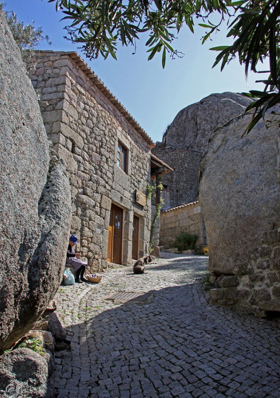 a_beautiful_village_on_the_rocks_640_high_07