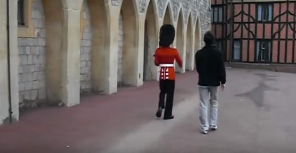 お前は俺を怒らせた!イギリスの近衛兵にちょっかいを出した観光客のこの後すぐ!