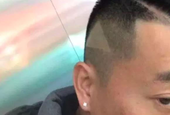 確かにそれ見えるけども・・・美容師にスマホ動画を見せ、この髪型にしたいとお願いしたら、再生ボタンもつけられた件