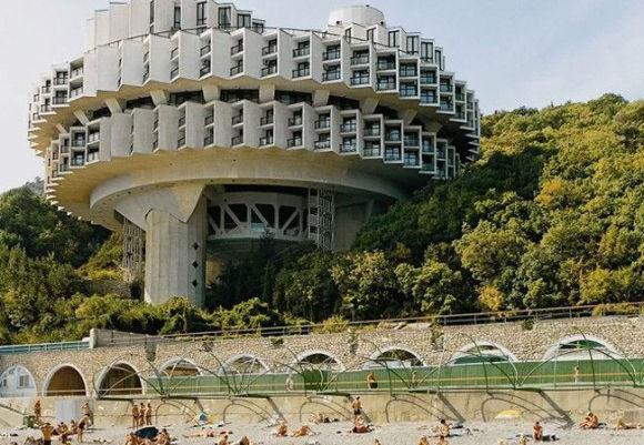 ロシアがソビエト連邦時代に建造された、ブルータリズム様式の近未来的建造物