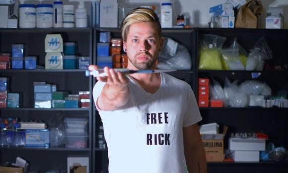 自らの体を実験台に遺伝子編集を行う元NASAの生化学者。腕の筋肉の質量を変化させる注射を打つ