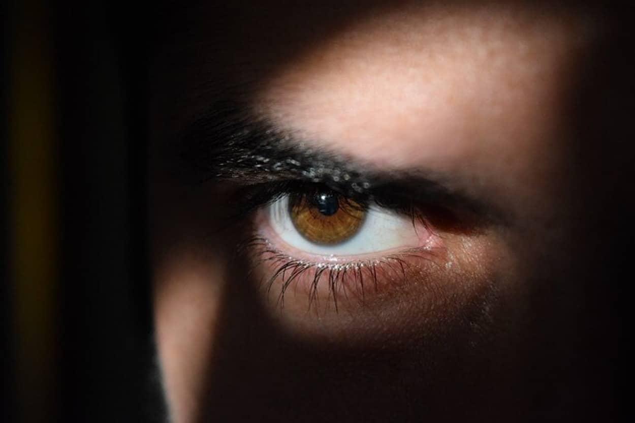 瞳孔の大きさを自由自在に操れる男性の出現に定説が覆される
