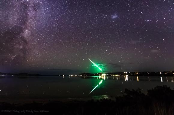 地上から空に斜めに伸びる緑色の美しい光の筋。その正体は?(オーストラリア)