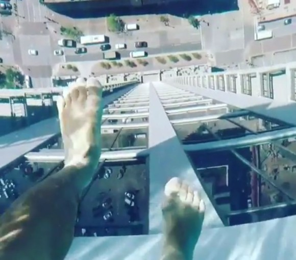 高所恐怖症激注意!地上152mにあるガラス底のプールがマジ怖ぇえええ!(アメリカ)