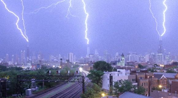 3つの高層ビルに同時に落雷する瞬間をとらえたタイムラプス映像(米シカゴ)