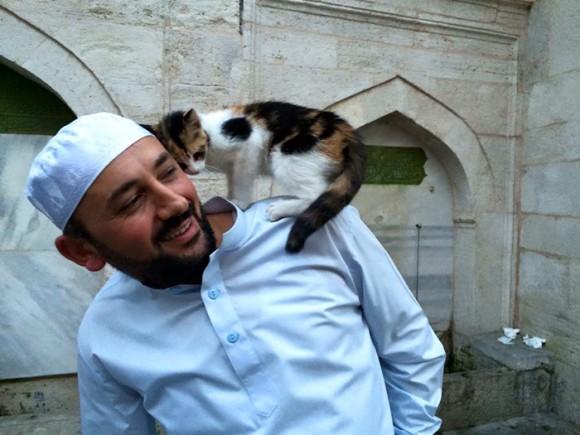 寒いのは人も猫も同じだから。野良猫たちをモスク(礼拝堂)に招き入れたイスラム教イマーム(導師)