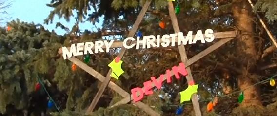 「最後にもう一度クリスマスが見たい」余命数週間の少年の願いをかなえるため、町ぐるみで一足早いクリスマスを迎えた米オハイオの町。