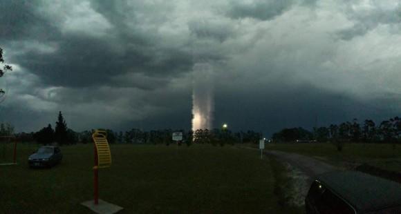 やだ何このキャトルミューティレーション感。天と地をまっすぐに結ぶ筒状の怪しい光の柱が目撃される(アルゼンチン)
