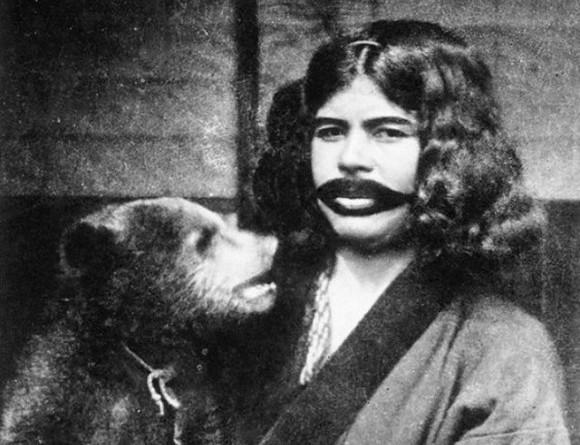 結婚後は唇の周りに髭を模した刺青を入れる。アイヌ女性に伝わる伝統文化を記録した写真