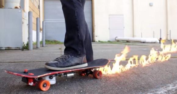 スケートボードが火を噴いた!って漫画の描写じゃなくガチだった。火炎放射機能搭載の炎のスケートボード