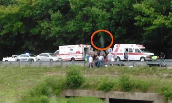 身も凍る瞬間・・・事故現場を撮影した写真に写りこんでいたのは、人の形をした白い透明な影だった。