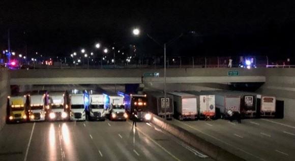 飛び降り自殺をしようとしている男性を救うため、13台のトラックが集結!巨大な棚を作り上げる(アメリカ)