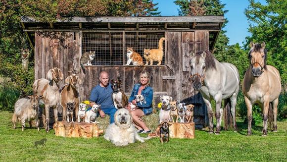 憧れしかない!たくさんの動物たちに囲まれて暮らす農場の大家族のポートレート
