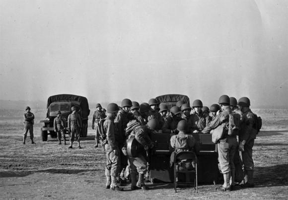 戦場にいる兵士のために空から届けられた特別仕様の戦場ピアノ(アメリカ)