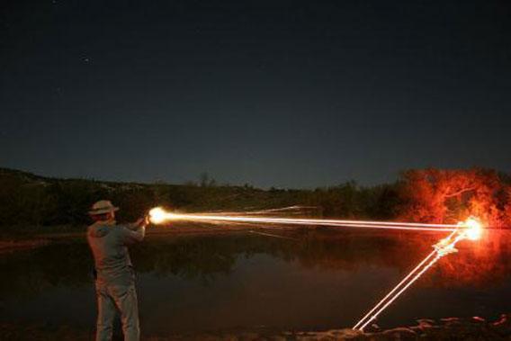 曳光弾」の描く光の軌道 : カラ...