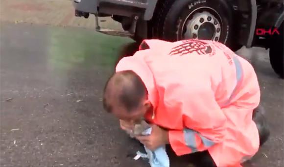 大雨で溺れていた子猫。清掃作業をしていた男性に人工呼吸で救われる。更なるハッピーエンド!(猫の国トルコ)
