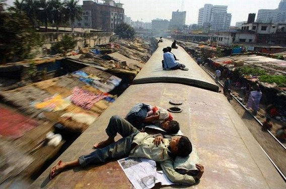 harrowing_bangladesh_train_hopping_images_05